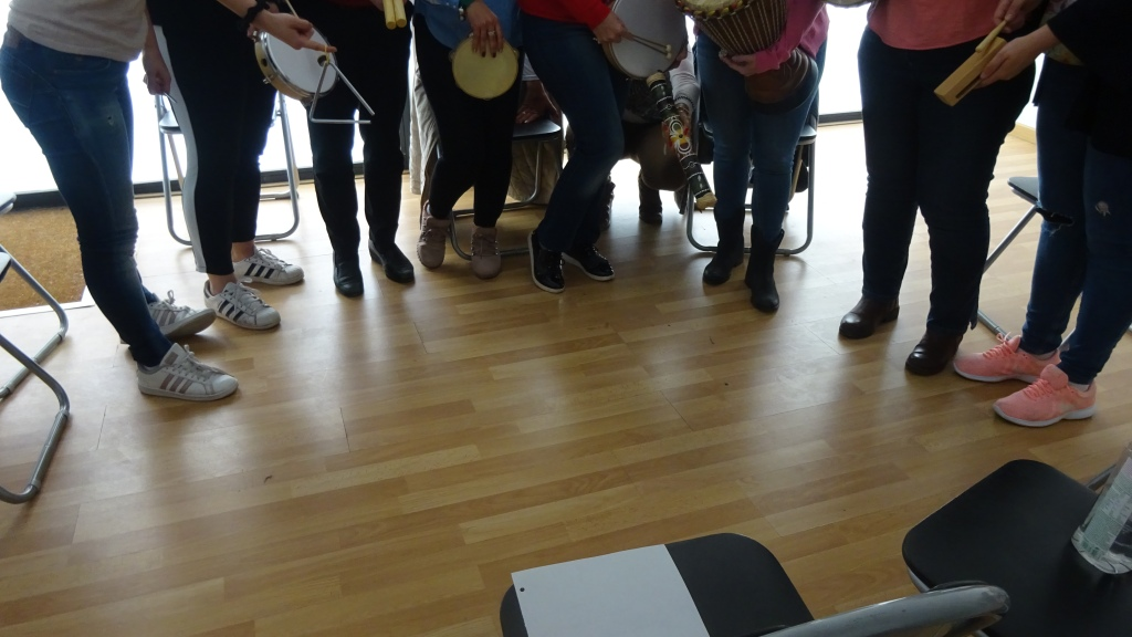 como fomentar la relación grupal en musicoterapia